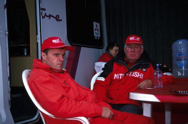 Tommi Mäkinen (vasemmalla) ja Andrew Cowan ottivat yhdessä 22 rallin MM-kilpailuvoittoa.