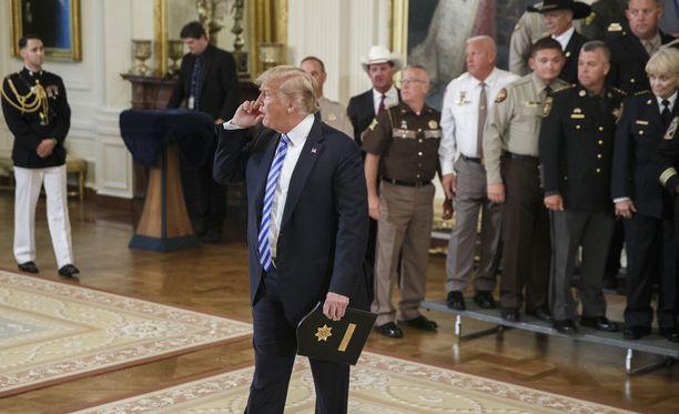 Presidentti Donald Trump vastaamassa tiedotusvälineiden kysymyksiin New York Timesissa nimettömänä julkaistusta kirjoituksesta Washingtonissa 5. syyskuuta 2018.