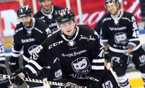 Lauri Pajuniemi, 18, pelasi liigakärki Kärppiä vastaan elämänsä ottelun - toistaiseksi...