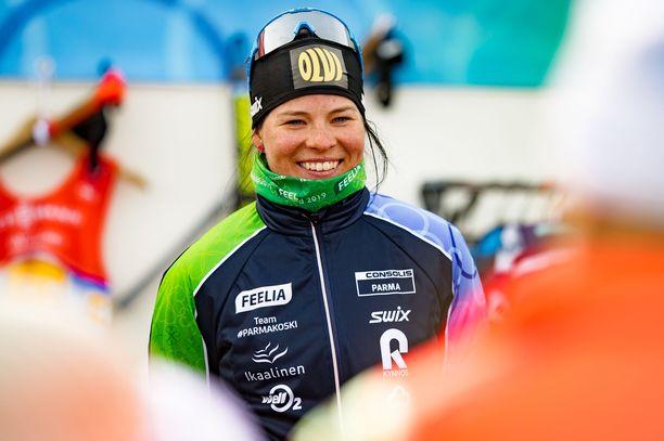Krista Pärmäkoski valmistautuu alkavaan hiihtokauteen St. Moritzissa laulaja Antti Tuiskun kanssa.