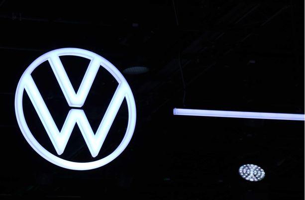 Tässä kuvassa uusi logo loistelee jo Frankfurtin näyttelyhallin katossa.