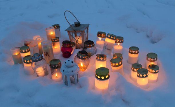 Onnettomuuspaikan lähellä viety kymmeniä kynttilöitä.