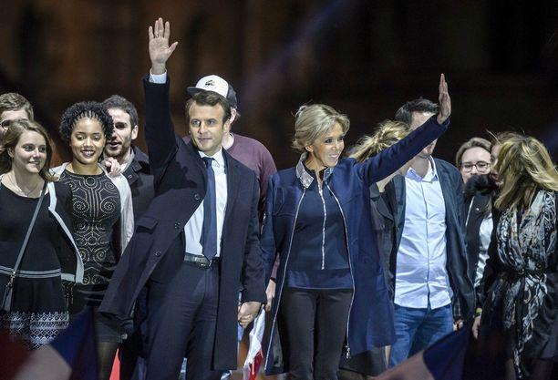 Macron juhlisti voittoa vaimonsa Brigitten kanssa.