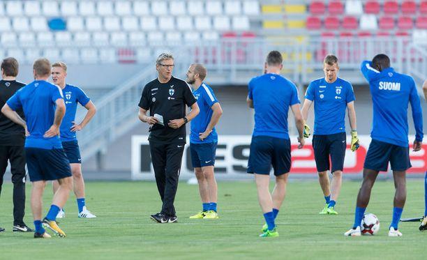 Päävalmentaja Markku Kanerva veti joukkueelleen valmistavan harjoituksen Shkoderissa, Albaniassa.