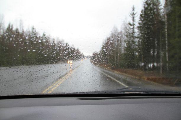 Turun moottoritiellä toinen kaista on suljettu tulvan vuoksi Kirkkojärven työmaan kohdalla. Kuvituskuva, ei liity juttuun.