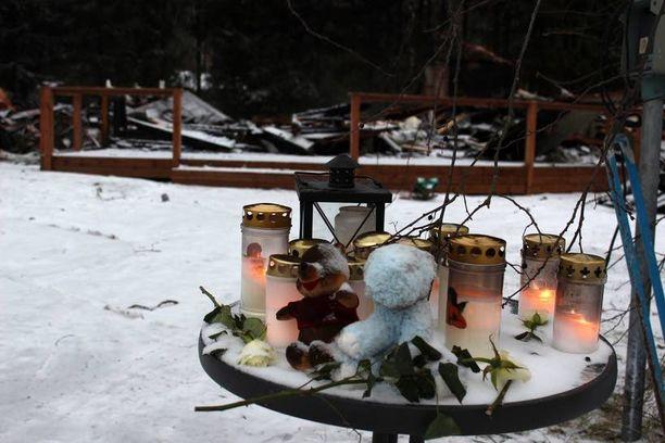 Surevat paisualaiset toivat kukkia ja kynttilöitä palaneen talon edustalle.
