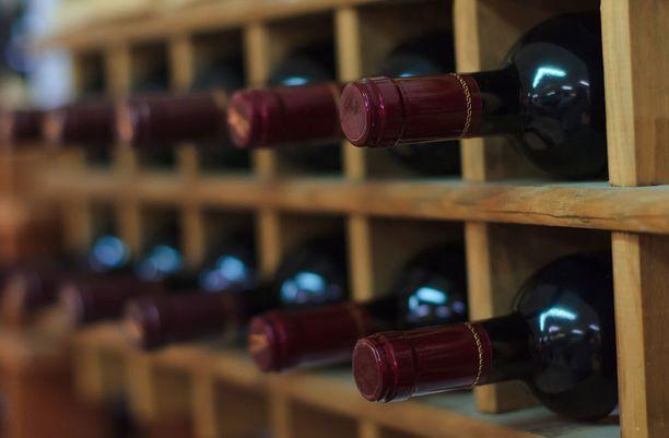 Tyylikkäästi ikääntyviä viinejä voi säilyttää pidempään, muut viinit kannattaa juoda vuoden sisällä ostohetkestä.