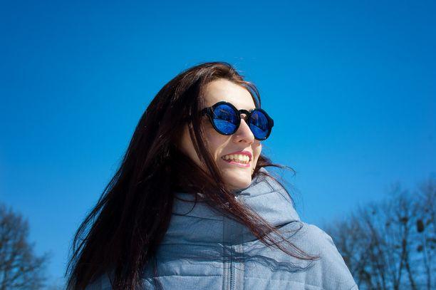 Upeasta ulkoilusäästä saa nauttia, mutta aurinkolasien käyttöä suositellaan. Kuvituskuva.