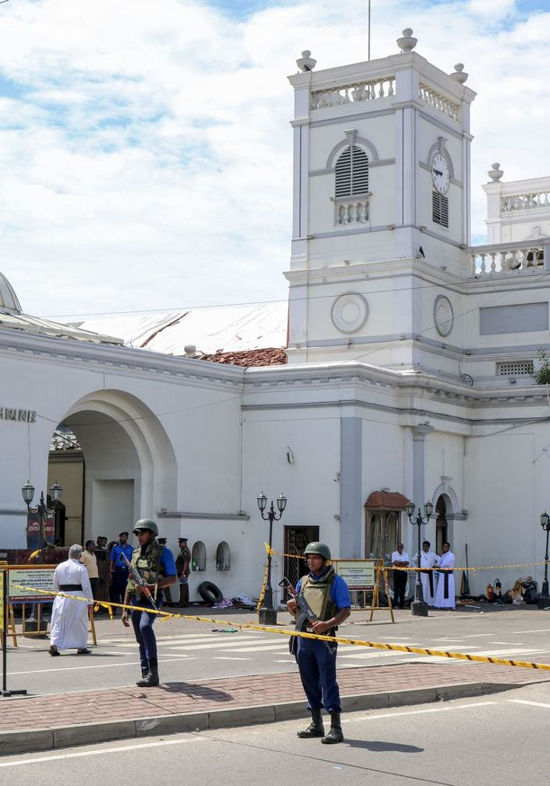 Sotilaat vartioivat eri kohteita Sri Lankassa. Kuva on St. Anthony's -kirkolta, jossa räjähti sunnuntaina aamusta.