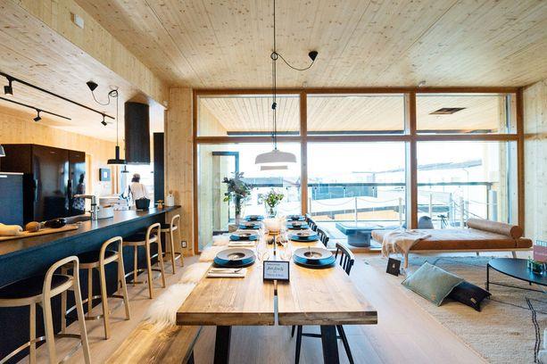 Keittiö ja olohuone ovat samaa suurta tilaa. Ruokapöytä on tehty CLT-puuelementistä, jota jäi yli rakennusvaiheessa.