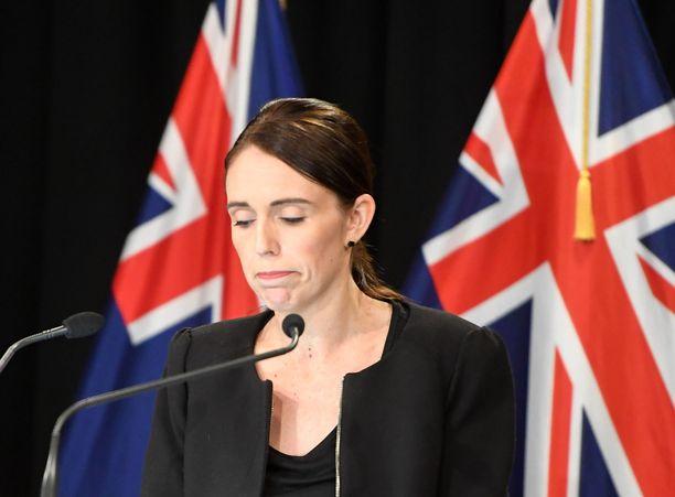 Uuden-Seelannin pääministeri Jacinda Ardern ilmoitti puoliautomaattiaseiden kiellosta kuusi päivää moskeijoihin tehtyjen iskujen jälkeen.