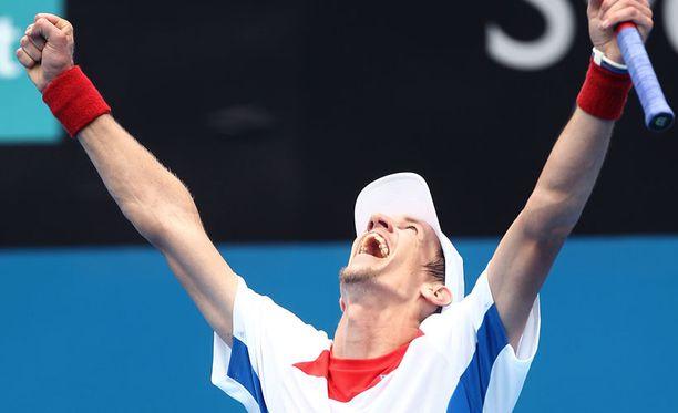 Jarkko Nieminen tuulettaa voittoaan.