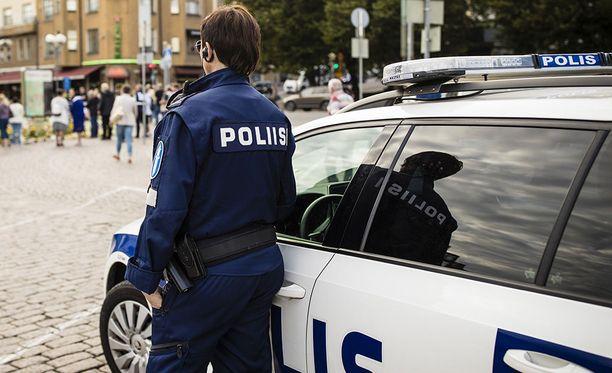 Vaikka tilastollisesti iäkkäillä on muuta väestöä pienempi riski joutua rikoksen uhriksi, valepoliisitapauksissa vaarassa ovat erityisesti iäkkäät ihmiset, poliisi varoittaa. Kuvituskuva.
