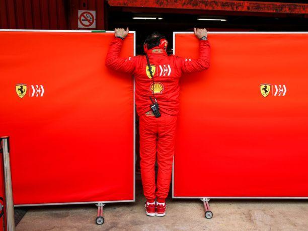 Tallien varikkopilttuissa on tehty testiviikon mittaan salaisia asioita, joita kenenkään ei ole haluttu näkevän. Torstaiaamuna oli Ferrarin vuoro, ja se sai muiden tallien kielenkannat löysiksi.