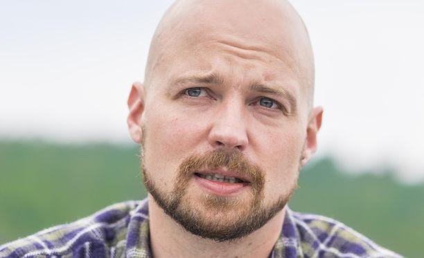 Mikko Kärnä kritisoi Keskusrikospoliisia pimittävästä tiedotuslinjasta. Laki antaisi viranomaisille poikkeustapauksessa siihen luvan. KRP ei myönnä minkäänlaista harhauttamista asiassa.