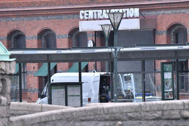 Malmön päärautatieasema evakuoitiin eilen sen jälkeen, kun poliisi sai useita ilmoituksia uhkaavasti käyttäytyvästä miehestä.