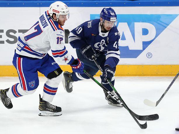 SKA:n Ivan Morozov (vas.) ja Dynamon Artem Volkov taistelivat kiekosta ottelusarjan kolmannessa pelissä.