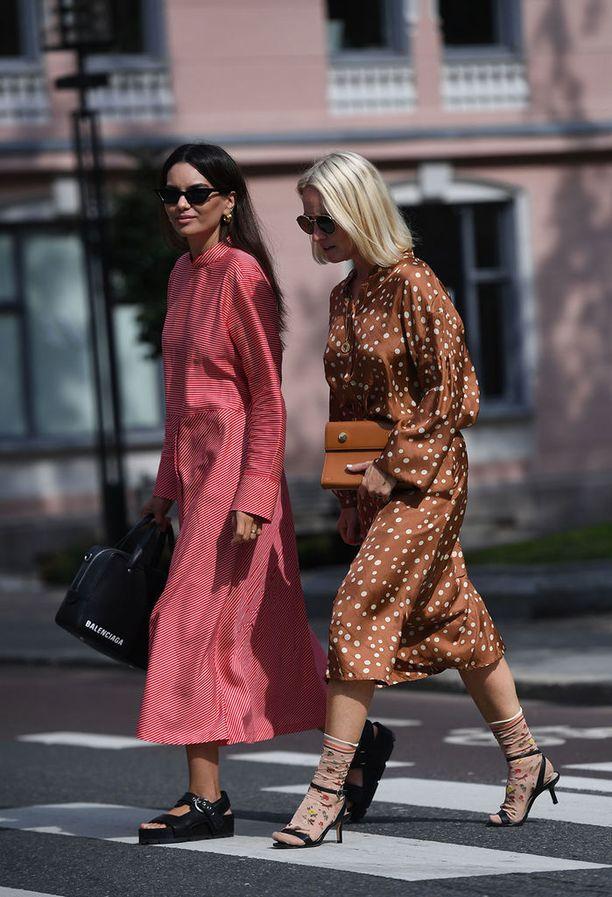 Kuosit näyttävät erityisen hyviltä pelkistetyissä mekoissa. Huomaa myös hauska sukkien ja sandalettien yhdistelmä!