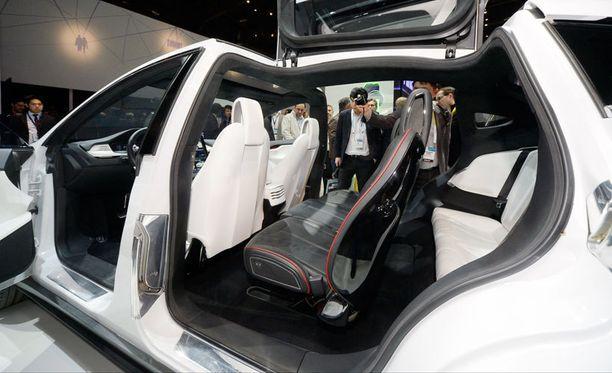 Applen huhutaan ryhtyvän kisaan sähköautoja valmistavan Teslan kanssa. Kuvassa Tesla Model X Las Vegasin CES-messuilla.