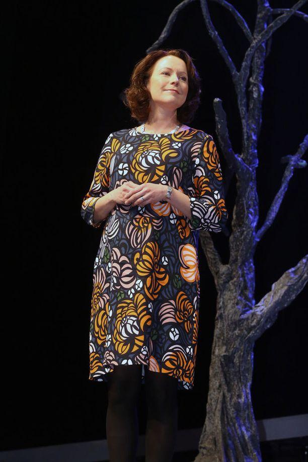 Itsenäisyyspäivän kynnyksellä rouva Haukio kuvattiin Oulun kaupunginteatterissa järjestetyssä tilaisuudessa värikkääseen printtikuvioiseen leninkiin sonnustautuneena.