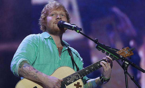 Ed Sheeran sai tuta kuninkaallisen miekankäsittelytaidon kasvoissaan.