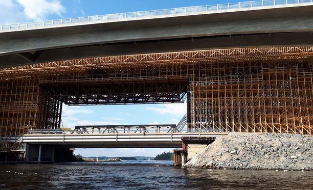 Laitaatsalmen silta sijaitsee noin kolmen kilometrin päässä Savonlinnan keskustasta.