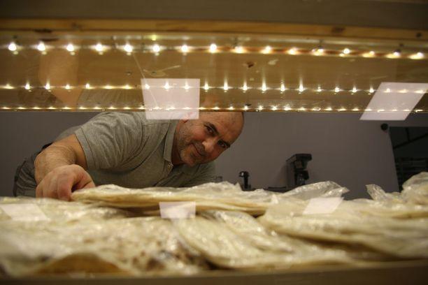 Mohammad Mohammadi siirsi leipomonsa suurempiin tiloihin Varissuon liikekeskukseen.