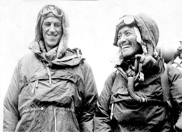 Sir Edmund Hillary ja Tenzing Norgay Everestin valloituksen jälkeen 29. toukokuuta 1953. Norgay kuoli vuonna 1986.