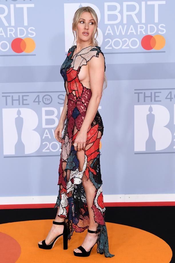 Ellie Goulding hurmaa punaisella matolla.