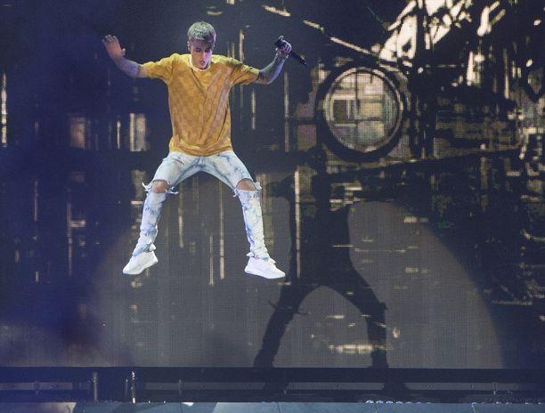 Justin Bieber liikkui keikalla näyttävästi.