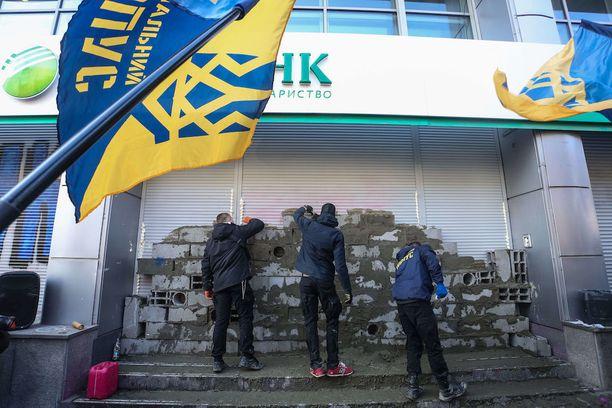 Aktivistit muurasivat Sberbankin sisäänkäynnin umpeen Kiovassa kaksi viikkoa sitten.