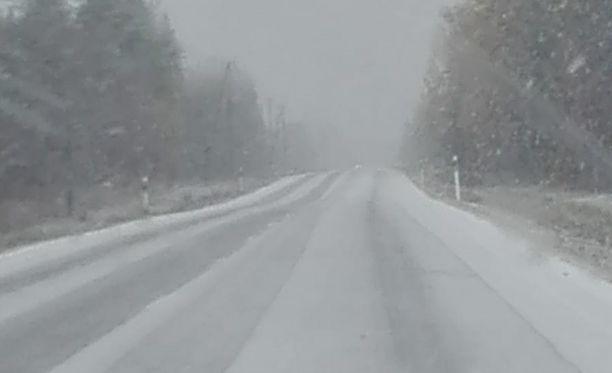 Nyt sataa lunta. Kuva Nivalasta.