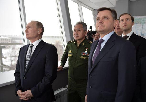Venäjän presidentti Vladimir Putin, puolustusministeri Sergei Shoigu ja muut viranomaiset katselivat uuden strategisen yliäänipommikoneen ja ohjusta kuljettavan Tupolev Tu-160:n näytöslentoa Kazanissa torstaina.