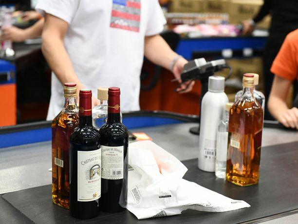 Enemmistö nuorista katsoo, että alkoholin ostaminen alaikäiselle on vähintään melko yleistä.