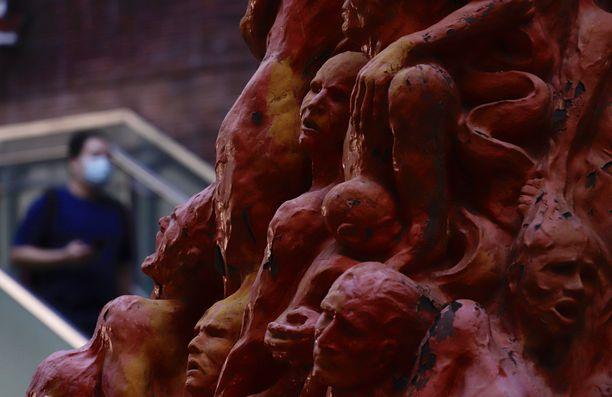 Pillar of Shame (suom. häpeän pilari tai pylväs) -teos on koristanut Hongkongin yliopistoa 24 vuotta.
