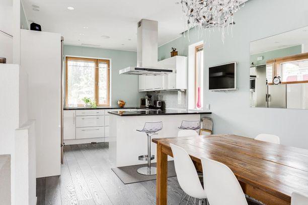 Persoonallisin elementein vaaleaksi sisustetusta kodista pyydetään 639 000 euroa. Neliötä on 178,6.