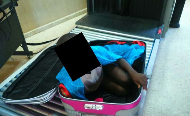 Laukusta löytynyt poika oli peloissaan. Hänet otettiin heti huostaan.