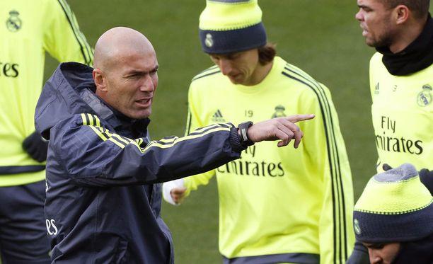 Zinédine Zidanen valmentama Real Madrid ei saa ostaa uusia pelaajia seuraavan kahden siirtoikkunan aikana.