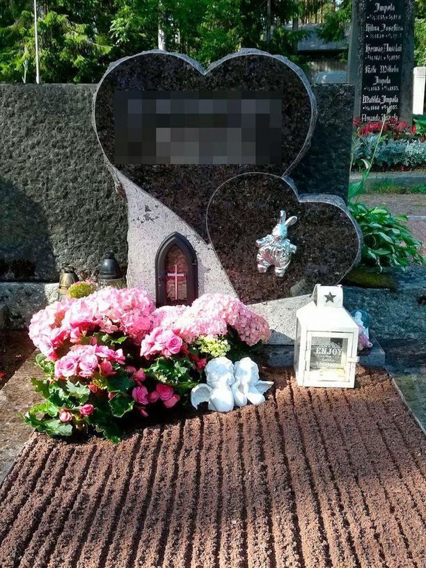"""Kolarissa kuolleen tytön hautakivessä on kaksi sydäntä """"ikuisesti yhdessä"""". Rakkain pehmolelu Pupsi-jänö pantiin mukaan arkkuun."""