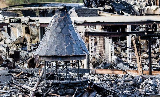 Kuvassa Hotelli Suomutunturi neljä päivää tulipalon jälkeen lokakuussa 2015.