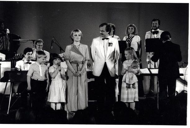 Katri Helena 20-vuotisjuhlakonsertissaan Kulttuuritalolla vuonna 1984. Lavalla koko perhe: puoliso Timo Kalaoja sekä lapset Juha, Maija ja Hanna.
