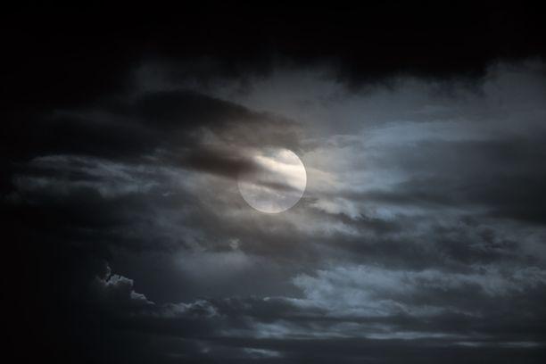 Täysikuuhun liittyy tiettyä mystiikkaa, jonka on ajateltu vaikuttavan myös ihmisiin.