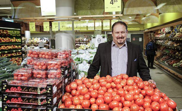 S-ryhmän kaupallinen johtaja Ilkka Alarotu muistuttaa, että myymälöissä on tällä hetkellä vanhan alkoholiveron mukaiset hinnat.- Tänä vuonna ostettavat juomat ovat korkeamman veron piirissä, mikä tuo painetta myös hintoihin, Alarotu sanoo.