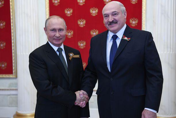 Venäjän presidentti Vladimir Putin (vas.) ja Valko-Venäjän presidentti Aljaksandr Lukašenka tapasivat Moskovassa kesäkuussa.
