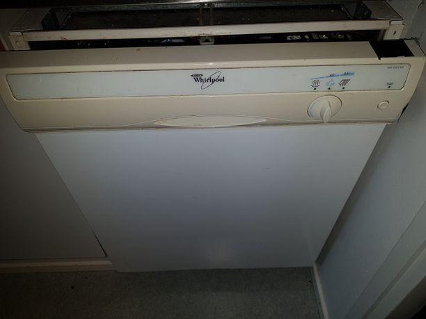 Tämä pesukone on ostettu kesällä 2000 ja siitä asti se on ollut uskollisesti tiskivuorot hoitanut peli.