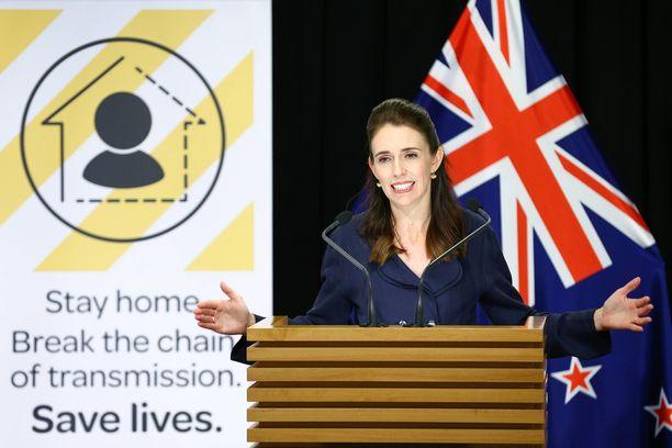 Uuden-Seelannin pääministeri Jacinda Arden haluaa osoittaa solidaarisuuttaan palkkaleikkauksella.
