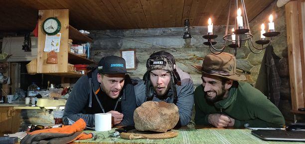 Miehet tekivät kivilöydöstään humoristisen videon, mutta asialla he ovat vakavissaan.