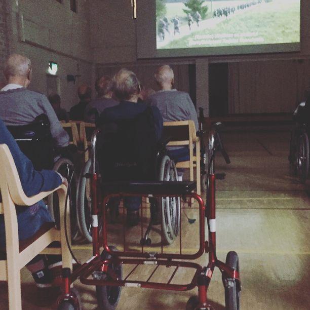 Kaunialan sairaalan voimistelusalissa katsottiin elokuvaa hartaassa hiljaisuudessa.