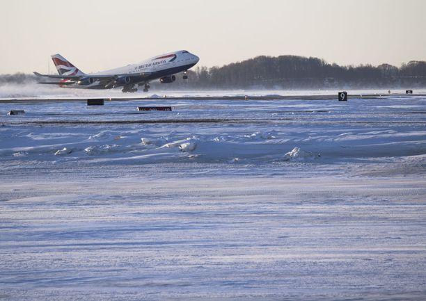 Tuhannet lennot myöhästelivät Yhdysvalloissa loppuviikon aikana. British Airwaysin kone pääsi lähtemään Bostonin kentältä lauantaina 6. tammikuuta.