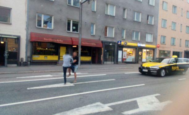 Taksikuski ja asiakas joutuivat käsirysyyn Vallilassa. Jalkoja käytettiin puolin ja toisin.